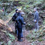 Markus Klauer wandert mit einer kleinen Gruppe durch das Waldgebiet der Argonnen
