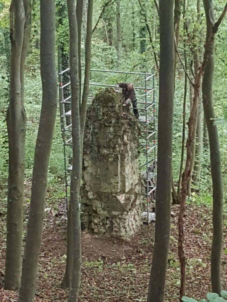 Provisorische erste Restaurierung des Denkmals des Infanterie-Regiments 159 am Damenweg